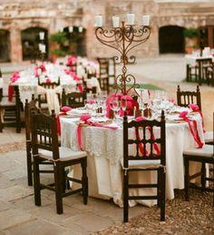 bodas estilo mexicano | Accesorios y diademas de flores de las pajes en color rosa mexicano