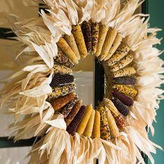 herbst kranz haustür indianische maiskolben blätter trocken