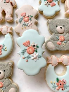 @riflepaperco #floralcookies #babyshowercookies #bearcookies Cookie Icing, Royal Icing Cookies, Baby Shower Fall, Fall Baby, No Flour Cookies, Sugar Cookies, Cookie Designs, Cookie Ideas, Teddy Bear Cookies