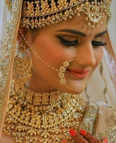 Ditch the Regular jewellery & try the new Offbeat Bridal Jewellery trend! Indian Wedding Makeup, Indian Wedding Bride, Wedding Jewelry For Bride, Indian Bridal Fashion, Bridal Jewelry Sets, Bridal Jewellery, Diy Jewellery, Indian Weddings, Jewellery Storage