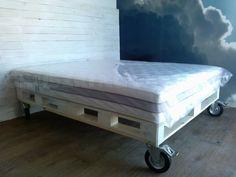 Łóżko z palet, z pięknym bielonym zagłówkiem     wykonanym z desek z palet. Hand made