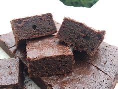 Deilig og seig lavkarbo chocolate mud cake. Chocolate Mud Cake, Desserts, Food, Tailgate Desserts, Deserts, Eten, Postres, Dessert, Meals