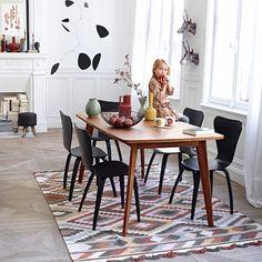 Salle à manger esprit vintage avec son mobilier noir et bois. #dining room