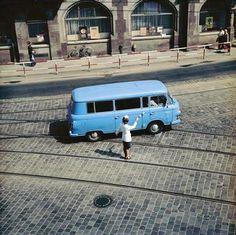 DDR-Volkspolizistin regelt den Verkehr (Schillerplatz, Dresden).
