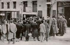 """ISTANBUL 100 YEARS AGO - 100 yıl önce İstanbul 1914 """"Son çıkan haberler gazete bayilerinin önünde okunuyor."""""""
