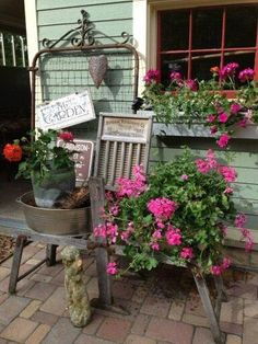 Vintage Garden Decor Creative Ideas Container gardeners take note. Tired of clay pots? Think vintage, because when you do, there'll be lots to choose from. Most likely vintage items will be w… Garden Junk, Garden Yard Ideas, Lawn And Garden, Garden Projects, Garden Gates, Dog Garden, Porch Garden, Garden Chairs, Vintage Garden Decor