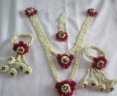 Pretty floral jewellery for the bride to wear on her haldi /mehendi occasion! Flower Ornaments, Flower Garlands, Flower Decorations, Wedding Decorations, Flower Jewellery For Mehndi, Flower Jewelry, Craft Jewelry, Jewelry Ideas, Personalized Wedding Gifts