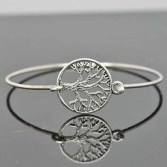 He encontrado este interesante anuncio de Etsy en https://www.etsy.com/es/listing/197110819/tree-of-life-bangle-tree-of-life-jewelry