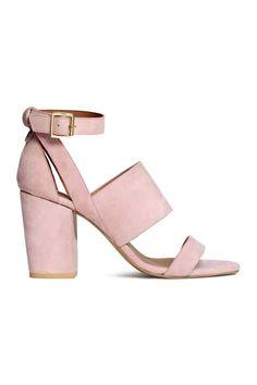 Sandálias em camurça: QUALIDADE PREMIUM. Sandálias em camurça e pele com saltos grossos forrados e presilha ajustável no tornozelo com fivela de metal. Forro e palmilhas em pele. Solas de borracha. Salto de 9 cm.
