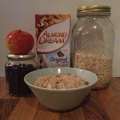 Goedemorgen met havermout, amandelmelk, appel, rozijnen, kaneel, lijnzaad en kokosvet!