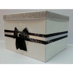 białe pudełko na koperty, ozdobione pasem diamentowym