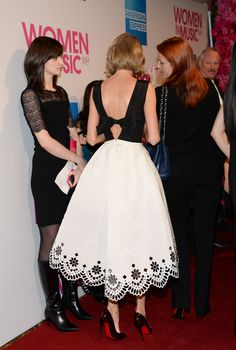 Taylor Swift de Oscar De La Renta con zapatos de Christian Louboutin en los premios Bilboard Women in music 2014.