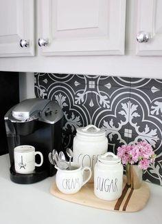 Aરσɱɑ ɗe Ƈaϝҽ ☕ A composição da tábua com vaso de flores e um conjunto para café deixam seu cantinho mais charmoso