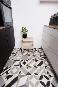 Basil. Tiles: Purpura. #cementtiles  piękne; zwłaszcza z tymi drobnymi akcentami koloru