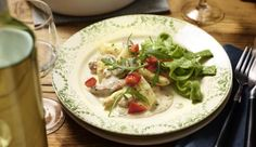 Geschnetzeltes mal anders! Frische Tomaten mit würzigem Rucola kombiniert mit herzhaftem Schnitzel und Spargel in cremiger Sahnesauce.