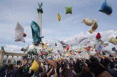 ilyen volt a hétvégi párnacsata a Hősök terén -> http://blog.volgyiattila.hu/?p=35471 #fotó #párnacsata #hétvége #szórakozás Fotó: Völgyi Attila / blog.volgyiattila.hu