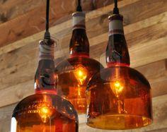 Esta lámpara de polea se puede hacer con cualquier dos botellas de su elección, ya sean botellas de vino o botellas de licor. Apenas déjenos saben