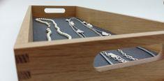 Hochwertige Schmuckaufbewahrung in einem Holztablett mit Filzeinleger für den universellen Gebrauch. Design, Outer Space, Felting, Deco