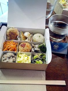 Mussubï, Japanese canteen, bentos and omusubis in the spotlight Food Box Packaging, Food Packaging Design, Food To Go, Food And Drink, Peach Pork Chops, Food Business Ideas, Healthy Food Delivery, Delivery Food, Cooking Recipes