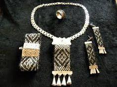 Risultati immagini per artesania mapuche tejidos Fiber Art Jewelry, Textile Jewelry, Jewelry Art, Macrame Necklace, Beaded Bracelets, Wire Weaving, Textiles, Bohemian Jewelry, Jewelry Crafts