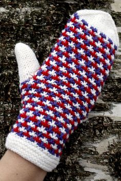 Kohoneulelapaset Novita Nalle | Novita knits Knitted Mittens Pattern, Knit Mittens, Knitting Socks, Mitten Gloves, Stitch Patterns, Knitting Patterns, Diy Crochet And Knitting, Fingerless Mittens, Wrist Warmers