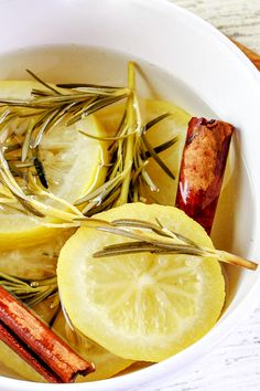 This Fresh Lemon and Rosemary Stovetop Potpourri Recipe is a natural air freshener that will make your home smell wonderful! Stove Top Potpourri, Simmering Potpourri, Potpourri Recipes, House Smell Good, House Smells, Natural Air Freshener, Lemon Recipes, Spring Recipes, Vegan Vegetarian