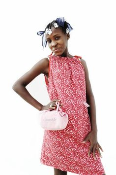 """Dit is Lovenie Nevil, 13 jaar, uit Haïti. """"Ik word blij van de kleren die we hebben gewonnen met voetballen!"""" Waar wordt jouw kind blij van? Ga naar www.deweekvanhetkind.nl en doe mee!"""