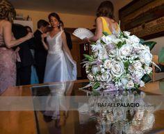 Bonita foto de ramo con novia en segundo plano