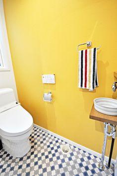 黄色の壁とエスニックなランタン模様の床のトイレ-株式会社コグマホーム Toilet, Bathroom, Interior, Home, Washroom, Flush Toilet, Indoor, Bath Room, Ad Home