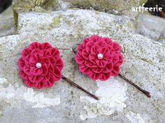Es handelt sich um 2 Haarnadeln als Set.Die Blüten sind aus Taftband zusammen…