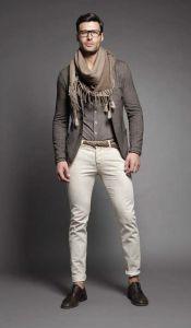 A cada dia parece que as roupas encolhem mais: o jeans passou de straight para slim e daí para skinny, alguém não achou o bastante e lançou a calça super skinny que ainda não era tão justa quanto a jegging, um nome horrível para uma legging feita em denim. Como se não bastasse, a moda foi se espalhando para o restante do guarda roupa, mas enquanto houver bom senso está tudo sob controle... ou não? O problema maior é que um jeans justo em um look casual é uma coisa, um calça em alfaiataria…