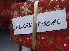 Cadeau fiscale dans un emballe rouge de noël