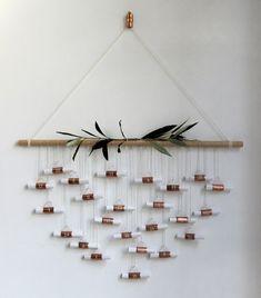 Un calendrier de l'avent à fabriquer soi-même avec des tubes en cuivre et un morceau de bois