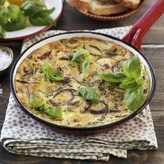 Omeletten fylls med stekt lök, squash, soltorkade tomater och riven ost. Toppa med basilika och servera med sallad och gott bröd. Ost, Scones, Bacon, Brunch, Omelet, Pork Belly, Buns