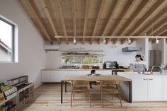 ダイニングキッチン : Salas de jantar modernas por プラスアトリエ一級建築士事務所
