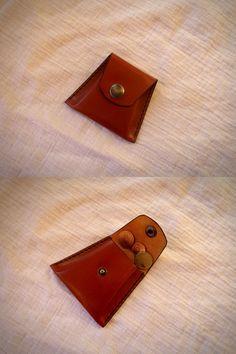 Porte monnaie en cuir, forme trapèze, en une seule pièce, cousu main.