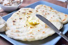 Aus Hefeteig und mit Knoblauch werden die duftenden Fladenbrote aus Indien mit diesem Rezept gebacken.
