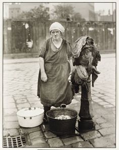 """Washerwoman"", ca. 1930, photo: August Sander (1876-1964) 