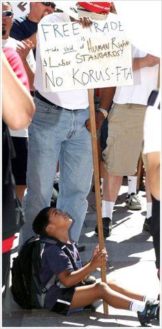 시애틀 도심서 열린 반 FTA 집회7일 오전(한국시간) 한미 자유무역협정(FTA) 3차 협상이 진행중인 시애틀 도심 웨스트레이크센터 앞 광장에서 열린 FTA 반대 집회에서 한 미국 노동자의 아이가 함께 참여하고 있다.