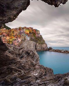 Manarola (distrito da comuna de Riomaggiore), Spezia, Itá. É uma das localidades que constituem as famosas Cinque Terre, um dos trechos de maior atração turística da Riviera da Ligúria