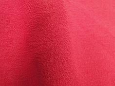Crepe Miucha (Funny). Tecido de poliéster, leve, fluido, possui textura, suave transparência. Ideal para modelagens amplas e fluidas. Sugestão para confeccionar: Vestidos longos, camisas, saias, entre outros.