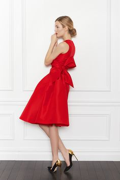 Carolina Herrera Pre-Fall 2013 - The perfect X-mas party dress with bit freshness.. Classic red, classic dress and the twist is teh super bow what is very sofisticated because it was made from the same material and it is in teh same colour, but she size of the bow makes it special.Never hide!