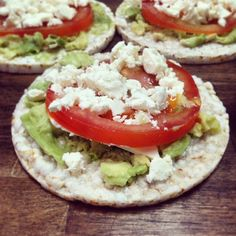 A healthy snack chose would be our Rice cakes with avocado & cottage cheese! Rice Cake Recipes, Rice Cakes, Mexican Food Recipes, Real Food Recipes, Ethnic Recipes, Healthy Sweets, Easy Healthy Recipes, Healthy Snacks, Easy Meals