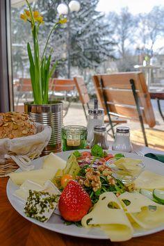 Frühstücken im Grüner Salon am Nordmarkt, Dortmund  Lässiges Kneipen-Café: Ob Mittag essen, Kaffee trinken, Bierchen zischen, Cocktails schlürfen oder, wie in unserem Fall Sonntagsfrühstück schlemmen – hier ist alles möglich! Das Publikum ist gemischt, generell eher locker – hier is(s)t und lebt Dortmund!  #FrühstückenDortmund #Dortmund #DortmundGehtAus #Ausgehen #RestaurantsInDortmund #BiergärtenDortmund Evergreen, Table Settings, Cocktails, Relax, Content, Table Decorations, Living Room, Yummy Breakfast Ideas, Drinking Coffee