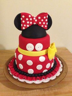 Black, white, pink, and polka dots! Minnie Mouse is a popular party theme especially for little ones turning one. I've rounded up some amazing Minnie Mouse Cakes inspiration for your Minnie Mouse party. Mickey Mouse Torte, Minni Mouse Cake, Minnie Mouse Birthday Cakes, Minnie Cake, Birthday Cake Girls, Minnie Mouse Party, Mickey Party, 2nd Birthday, Birthday Ideas