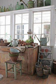 Lawn and Garden Tools Basics Vibeke Design: Longer . Shabby Chic Yard Decor, Shabby Chic Homes, Garden Shed Interiors, Garden Sheds, Vibeke Design, Building A Shed, Backyard Projects, Shed Plans, Green Life