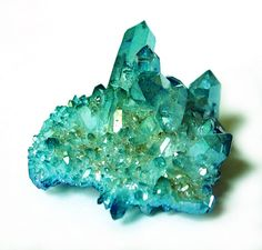 Aqua aura quartz is formed when gold is fused with clear quartz, resulting in a permanent blue coloring. Enhances courage, intuition and spiritual growth. Minerals And Gemstones, Rocks And Minerals, Aqua Aura Quartz, Clear Quartz, Green Quartz, Quartz Crystal, Beautiful Rocks, Mineral Stone, Rocks And Gems