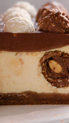 Cheesecake Ferrero - Pour prolonger le plaisir des fêtes toute l'année, un cheesecake Ferrero Rocher ! Et ça rime e - Healthy Dessert Recipes, Baking Recipes, Delicious Desserts, Yummy Food, Baking Desserts, Cheesecake Recipes, Nutella Cheesecake, Cheesecake Brownies, Ferrero Rocher Cheesecake