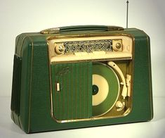 1956 Metz portable 45 record player and AM radio Radio Vintage, Vintage Records, Vintage Music, Vintage Record Players, Radio Record Player, Portable Record Player, Tvs, Retro Radios, Vespa Roller