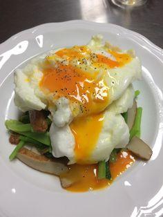 小松菜、上に卵白、その上に黄身
